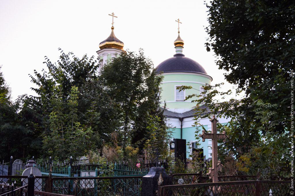 Кладбище, деревья, зеленая церковь
