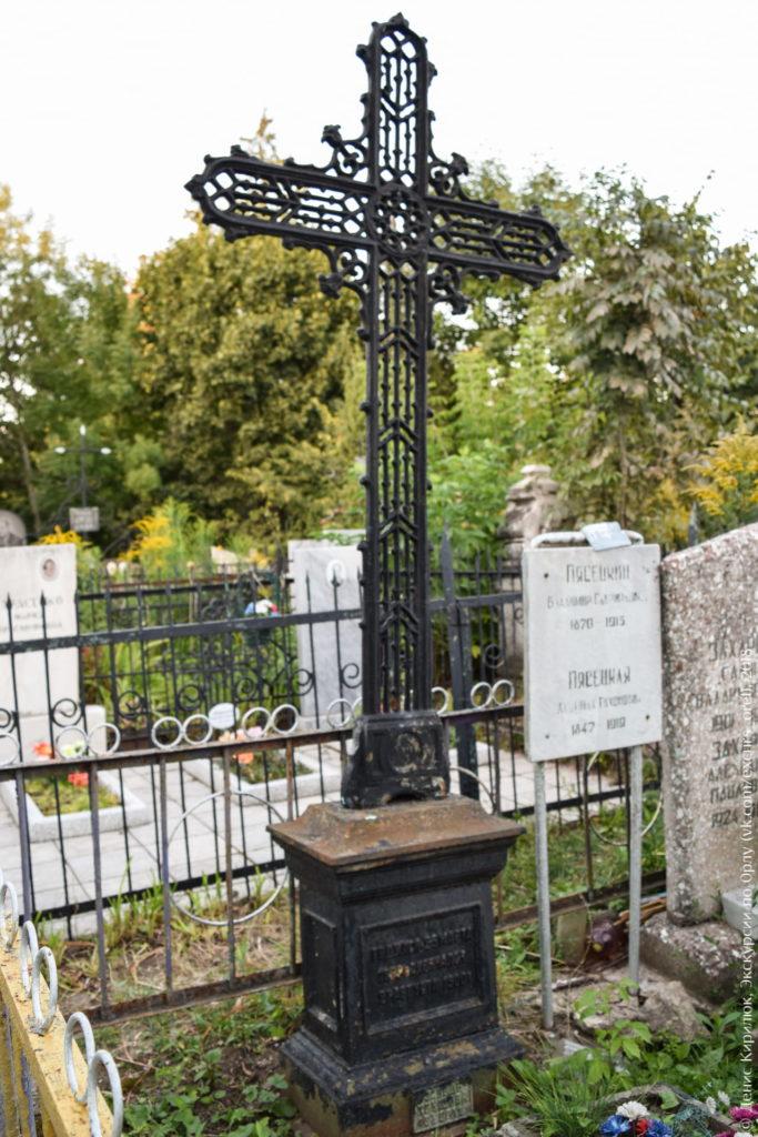 Чугунное надгробие в виде ажурного креста