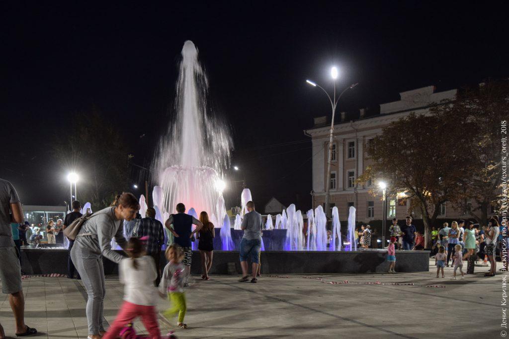 Музыкальный фонтан с подсветкой и горожане
