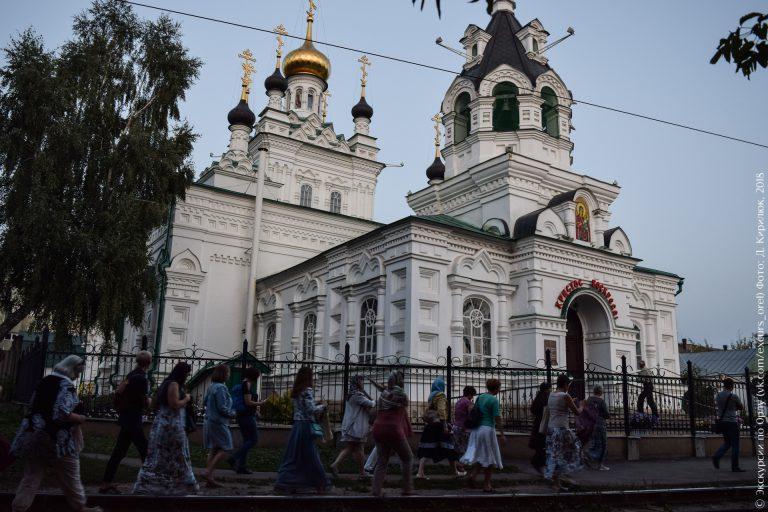 Белый храм в неорусском стиле крупным планом