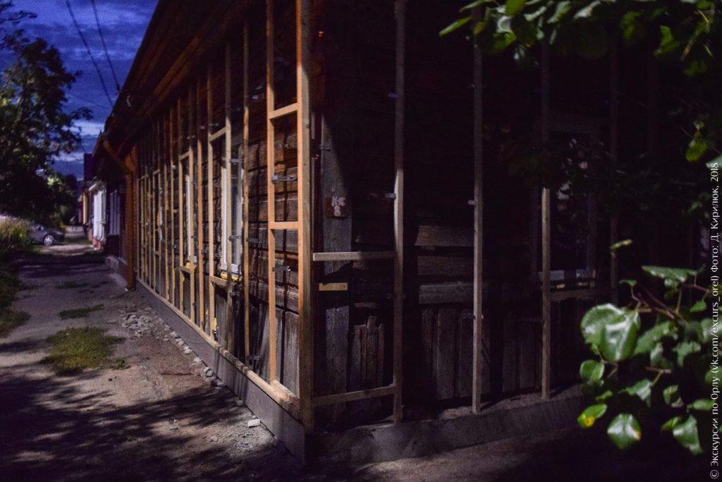 Старый деревянный дом с обрешёткой под отделку сайдингом