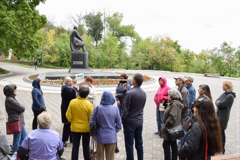 Экскурсанты на фоне памятника Тургеневу в Орле