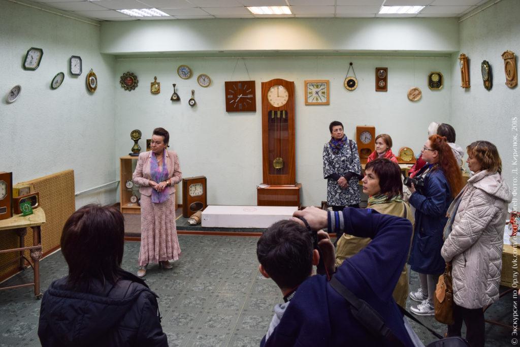 Комната с разнообразными часами на стенах и стендах у стен