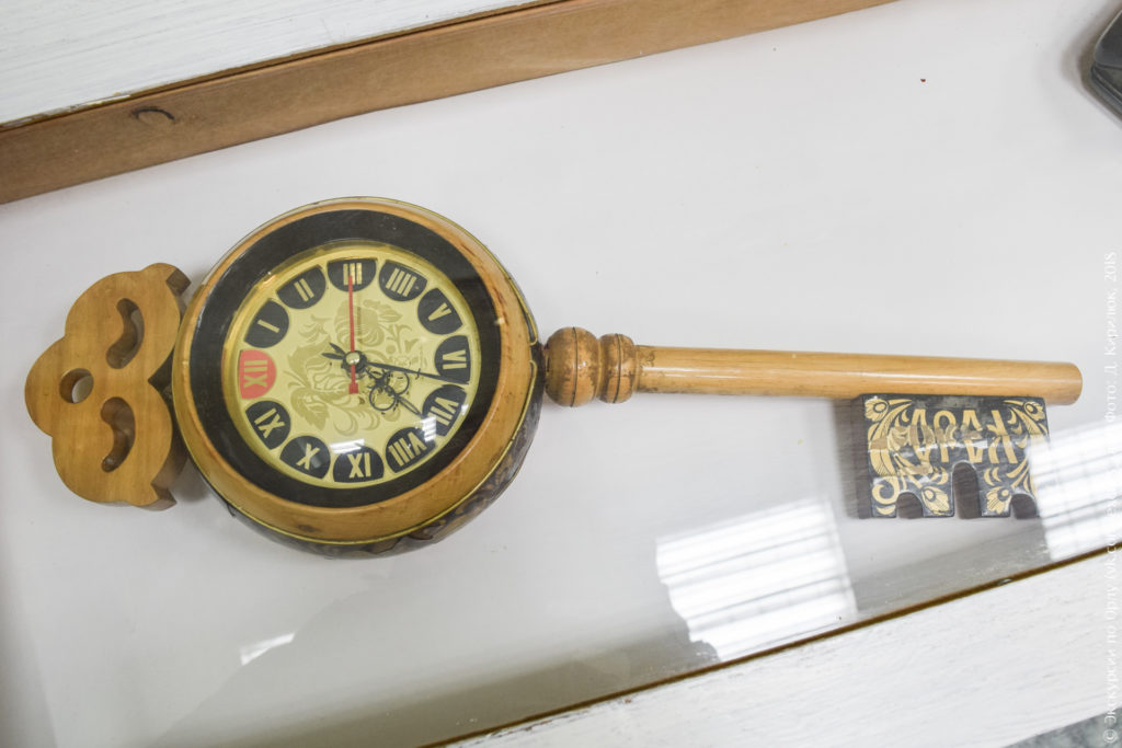 """Часы в деревянном корпусе в виде ключа с надписью """"Орел"""""""