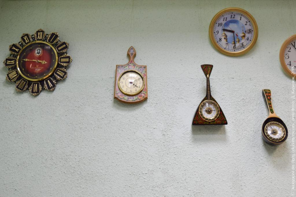 Часы в виде разделочной доски, балалайки, черпака