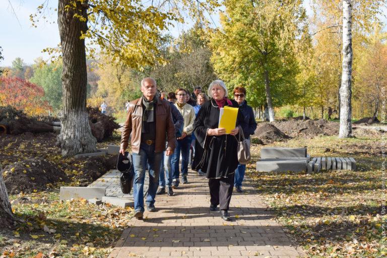 Группа людей идет по дорожке в парке