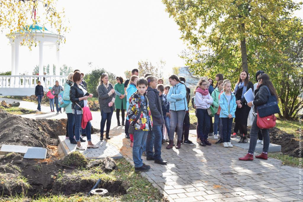 Школьники в парке с беседкой-ротондой