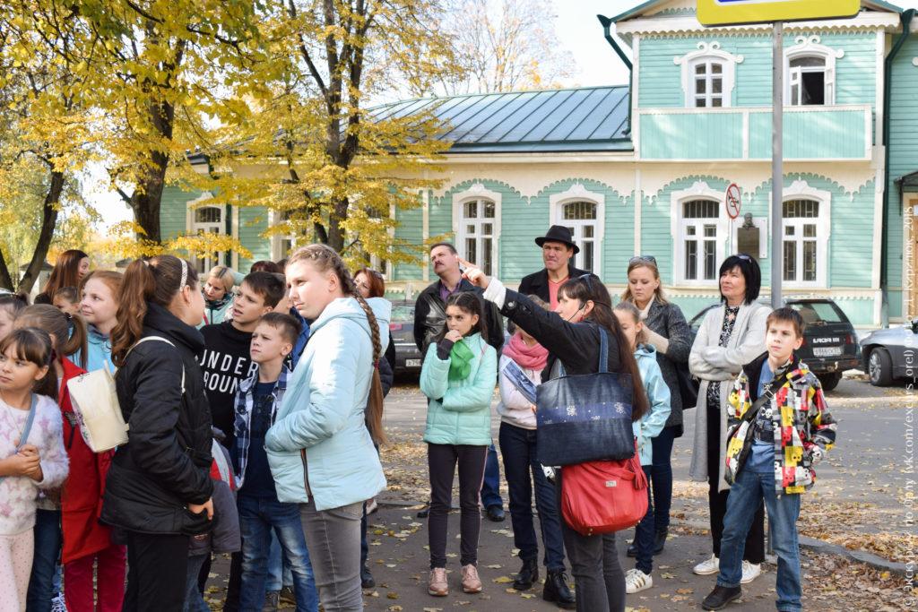 Школьники на фоне дома-музея Лескова в Орле