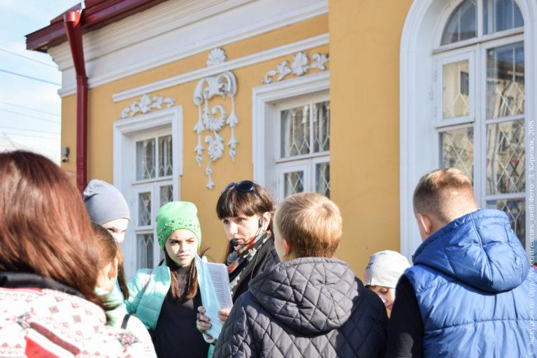 Школьники на фоне дореволюционного дома с лепниной