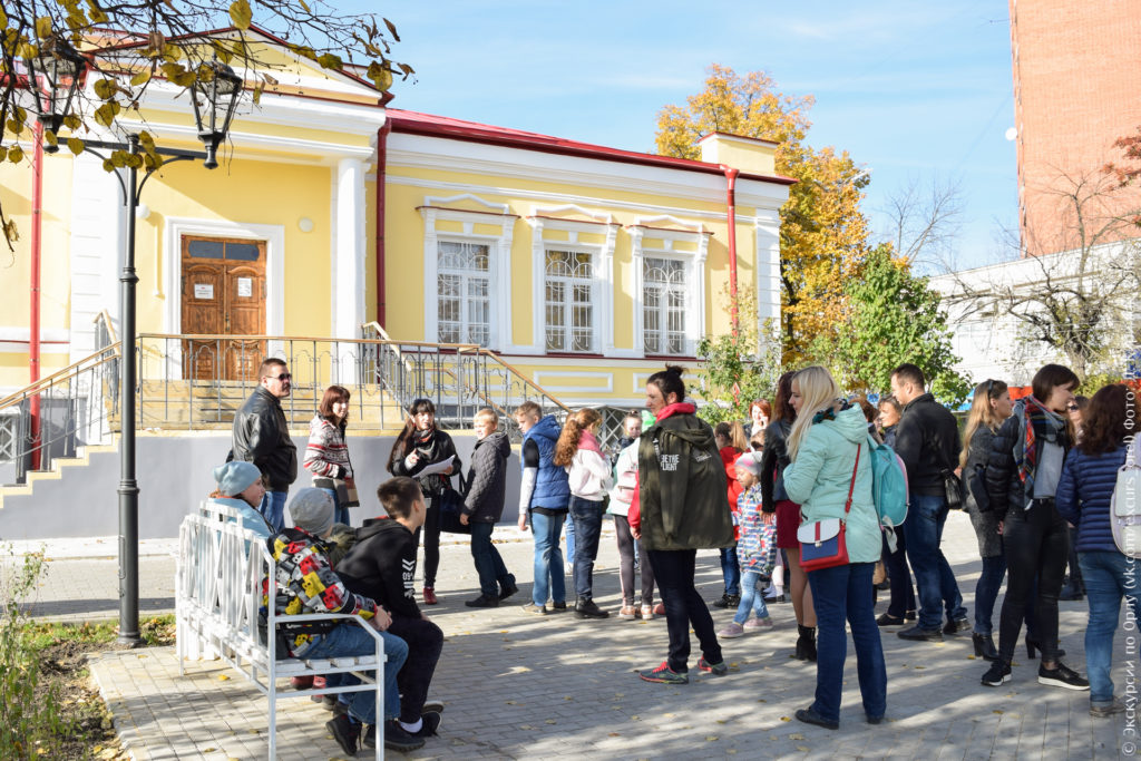 Школьники перед красивым дореволюционным зданием