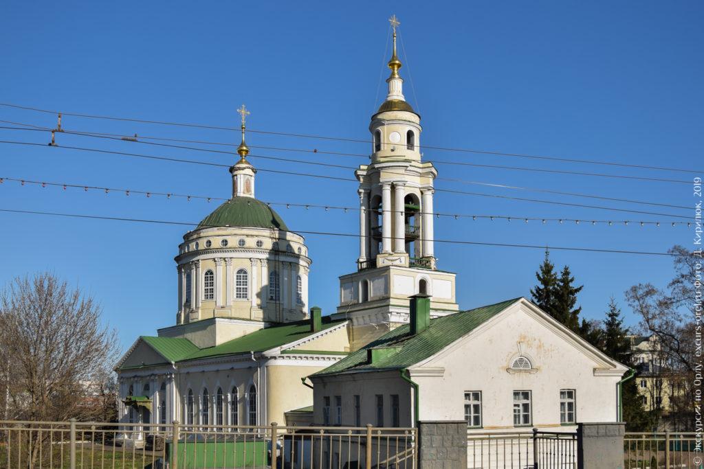 Церковь в классическом стиле с колокольней со сдвоенными колоннами.