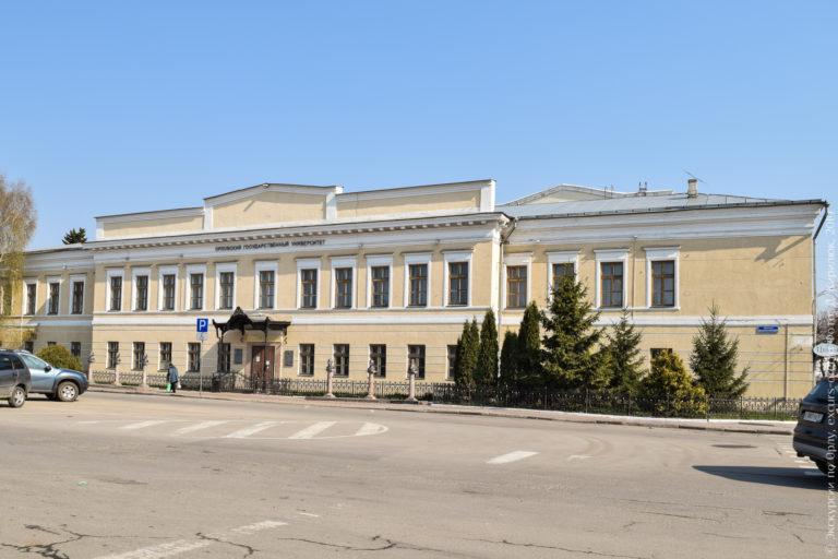 Двухэтажное здание в классическом стиле, с аттиком, чугунным крыльцом и бюстами перед фасадом.