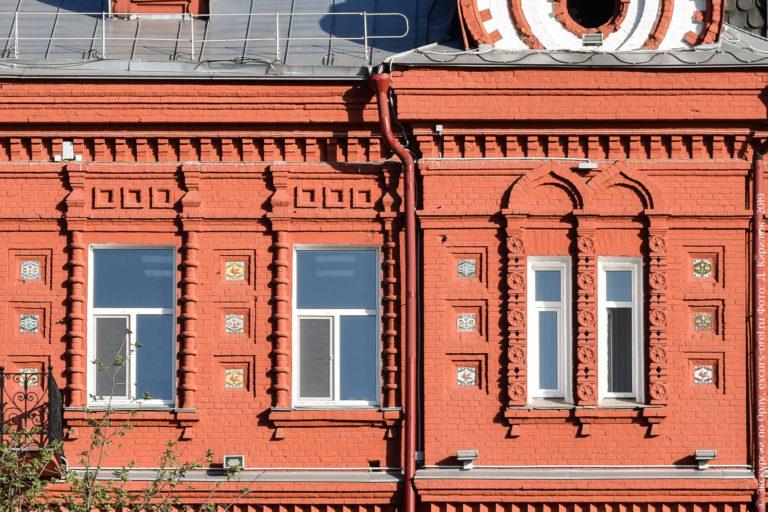 Разноцветные изразцы на красном фасаде, выполненном в неорусском стиле.