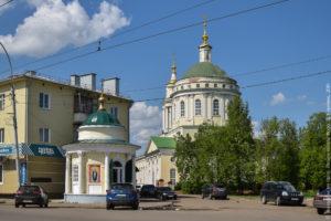 Церковь в классическом стиле и при ней часовня.