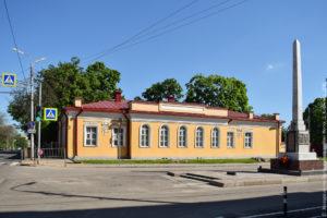 Одноэтажное каменное здание с лепниной на фасаде.