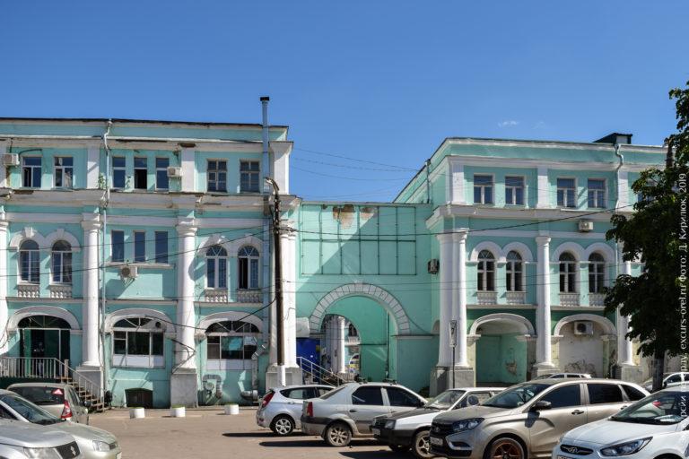 Классическое здание торговых рядов, разделённое надвое и с заложенной обходной галереей.