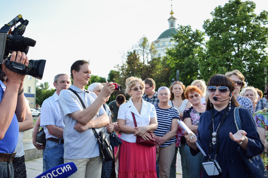 Экскурсанты и телевизионщики на фоне классической церкви.