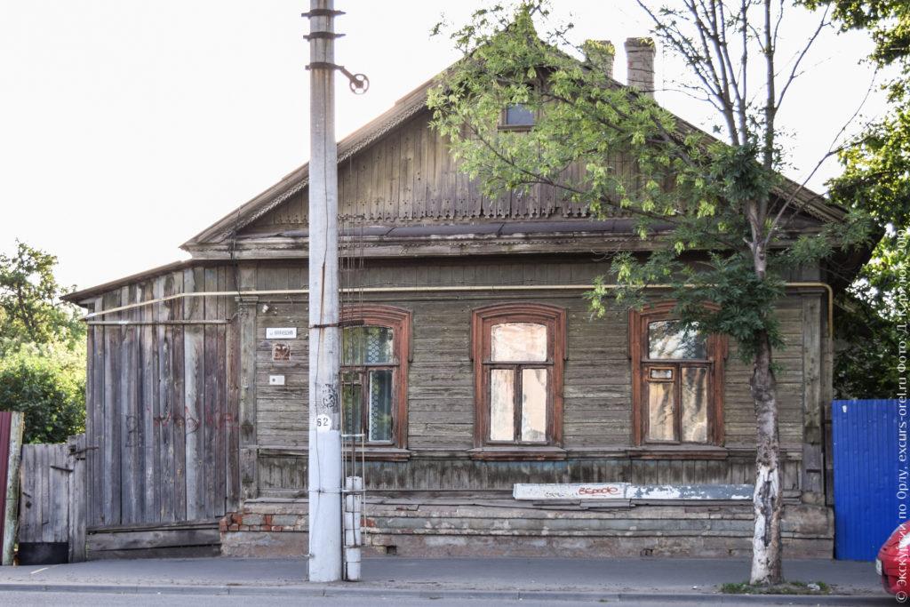Деревянный домик в три окошка, с лучковыми оконными проемами.