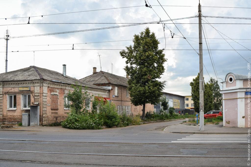 Каменные дореволюционные дома и неприглядные заводские постройки.