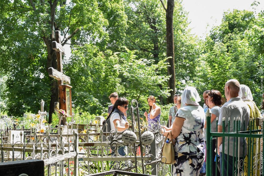 Большой деревянный крест над оградами.