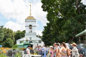 Кладбищенская церковь и экскурсанты.