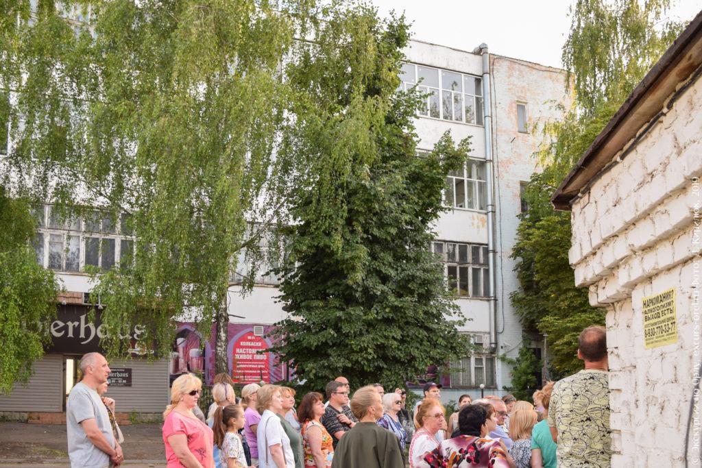 4-этажное советское здание с большими окнами.
