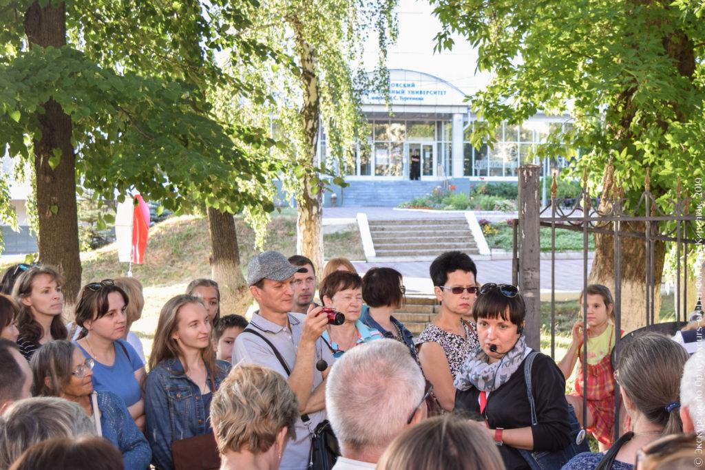 Экскурсанты на фоне территории института.