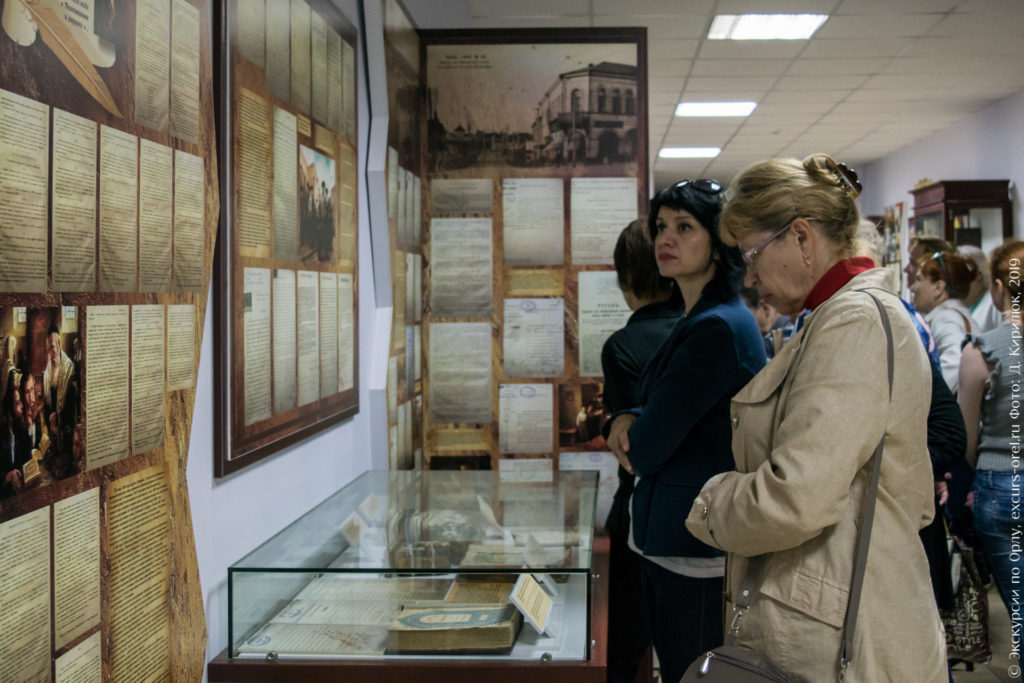 Экскурсанты изучают экспонаты в музее.