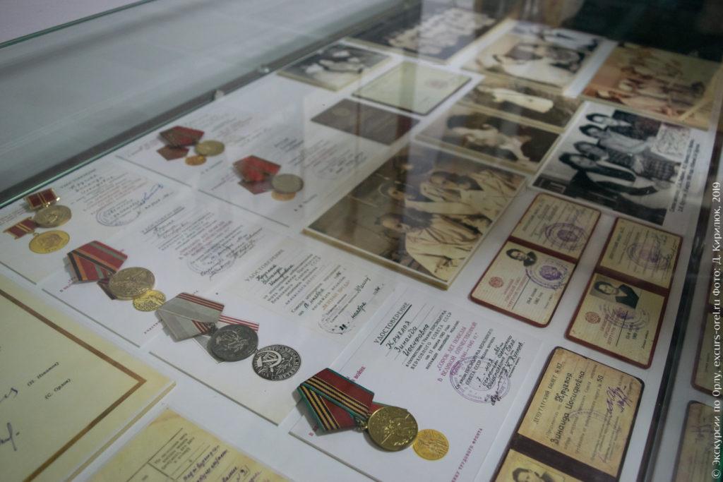 Витрина с медалями, удостоверениями, фотографиями врачей.