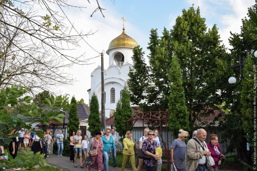 Белая однокупольная церковь с золотым куполом.