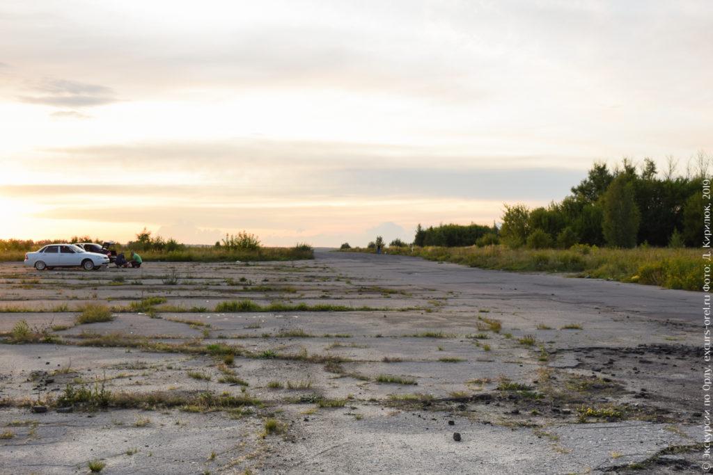 Автомобили и собачники на заброшенном аэродроме.