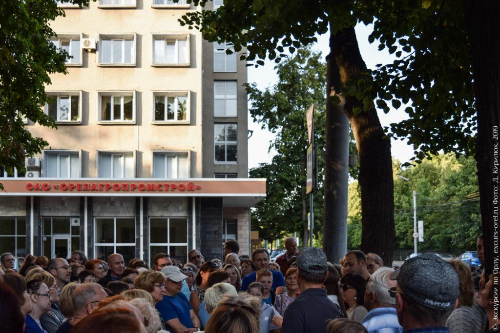 """Серое здание с надписью """"Орелагропромстрой""""."""