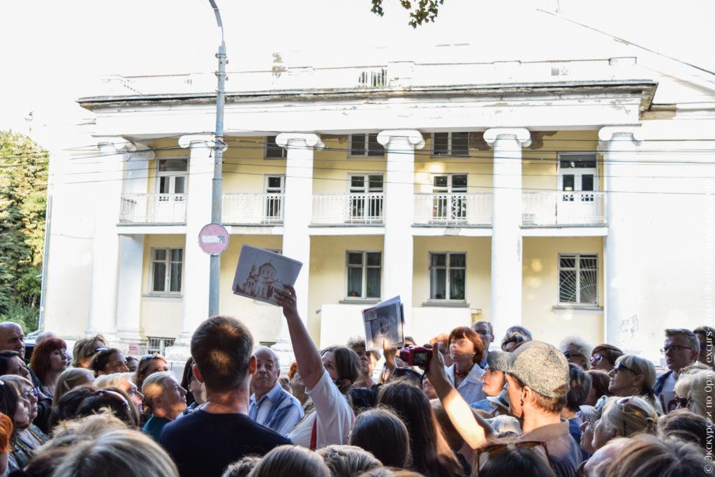 Фото дореволюционного собора с портиком на фоне советского здания с похожим портиком.