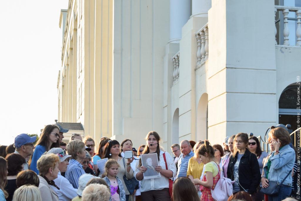 Экскурсанты на фоне современного высокого университетского здания.