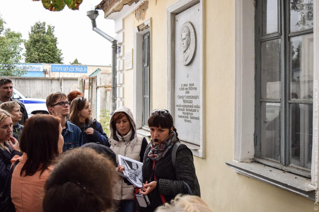 Одноэтажное здание с большой мемориальной доской с портретом, посвящённой Сурену Шаумяну.