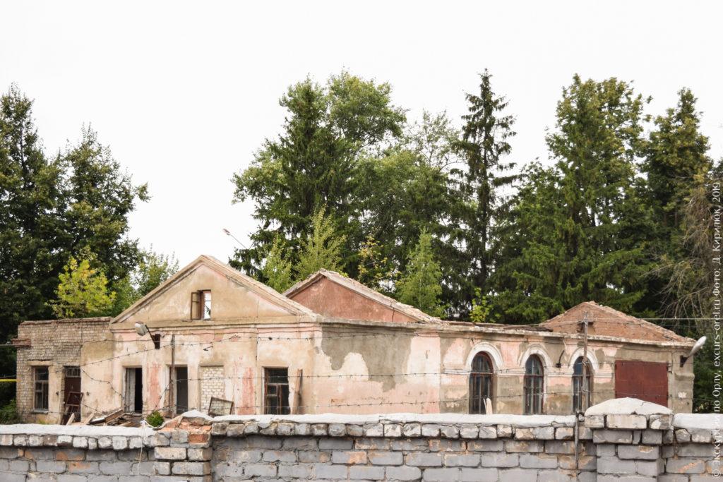 Старое кирпичное одноэтажное здание без крыши.