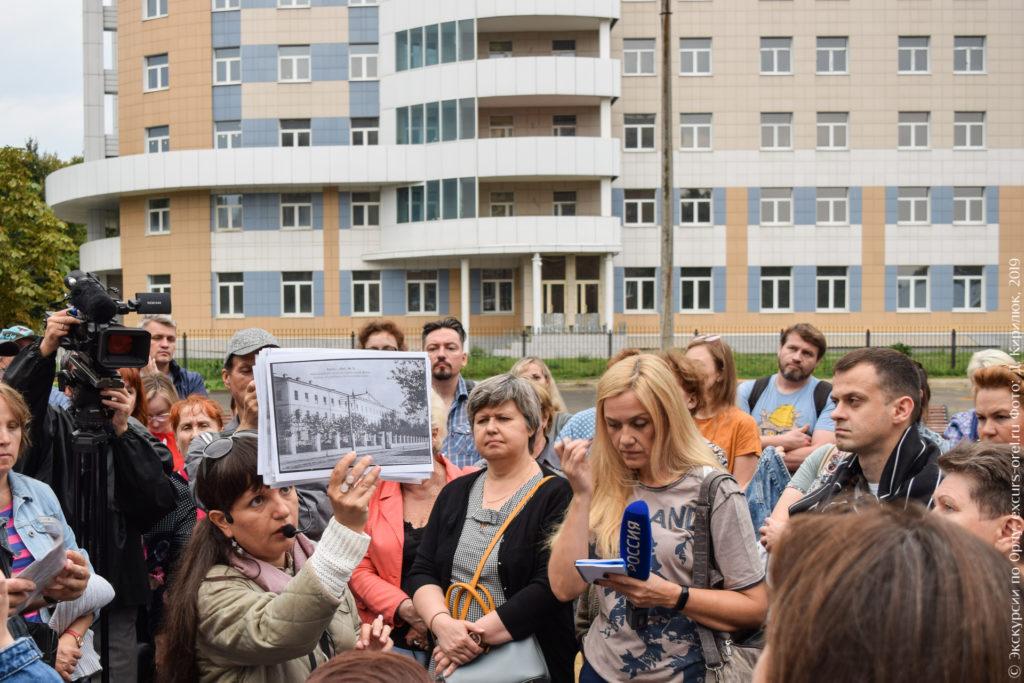 Экскурсовод показывает старое фото орловского Института благородных девиц.