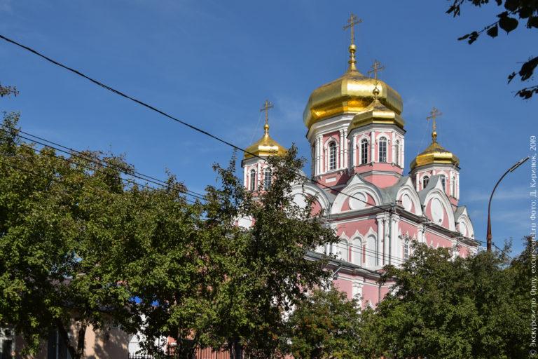 Большая 5-купольная церковь в нео-византийском стиле, с розовыми стенами и золотыми куполами.