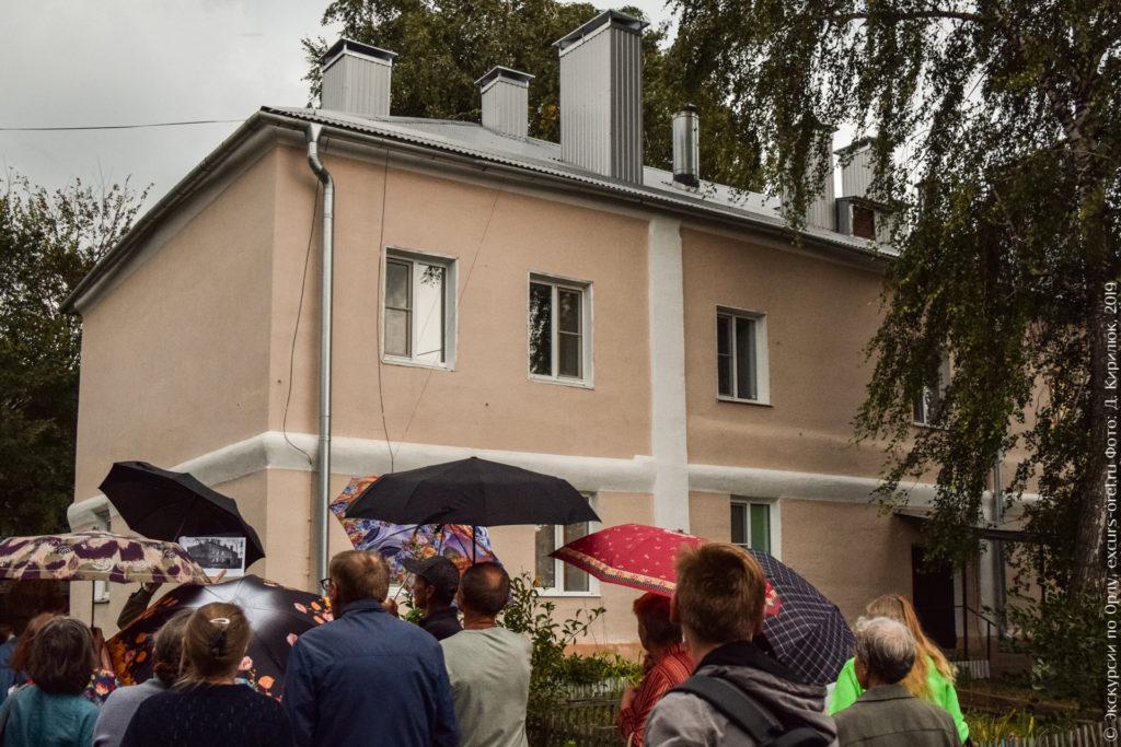 Двухэтажный оштукатуренный каменный дом. Видно, что недавно отремонтирован.