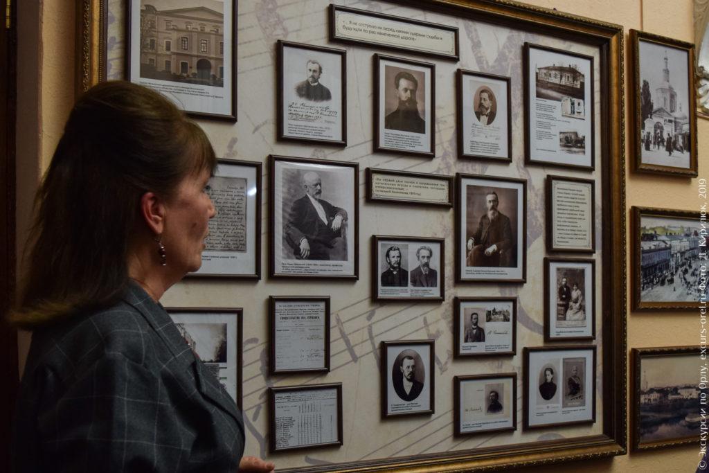 Стенд с фотографиями московских музыкальных деятелей.