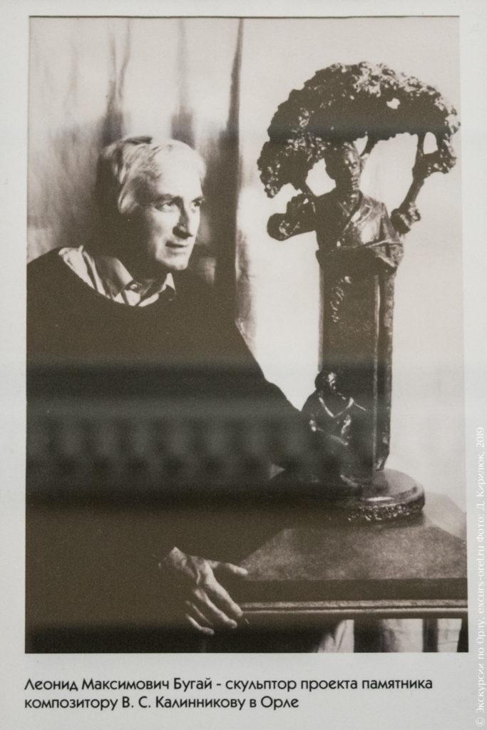 Мужчина рядом с макетом памятника Калинникову.