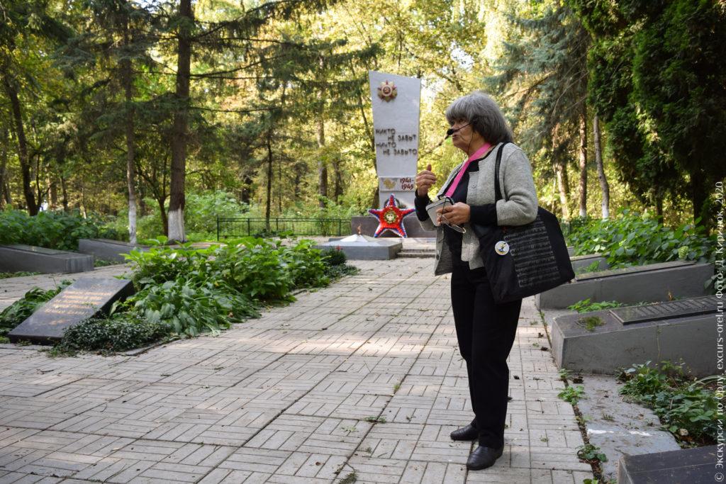 Военный мемориал с Вечным огнём в сосновом лесу.
