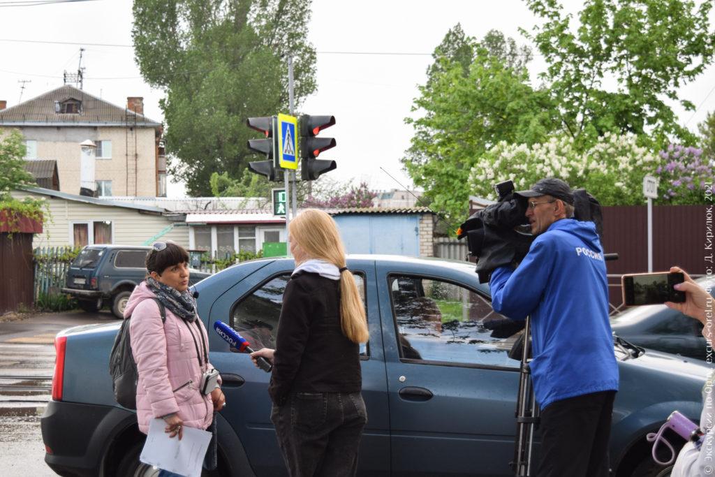 Экскурсовод даёт интервью на камеру.