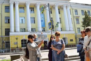 Портик с колоннами, сталинский ампир. Надпись на фасаде «Орловский государственный университет».