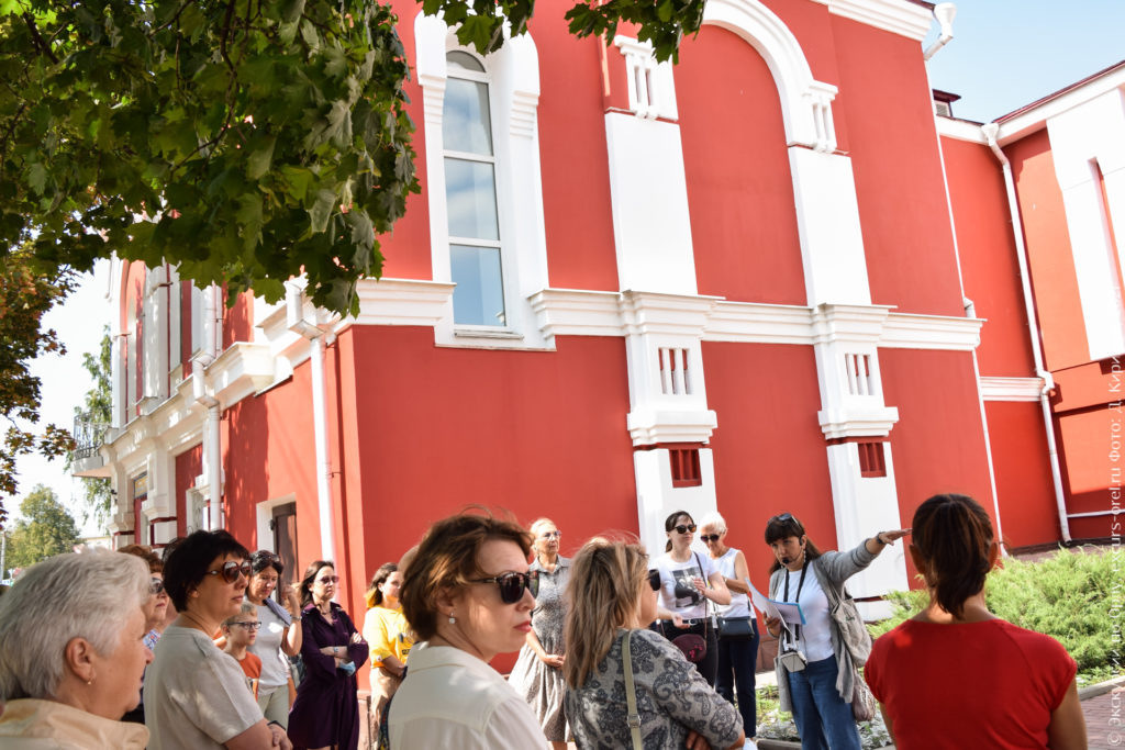 Красно-белое двухэтажное кирпичное дореволюционное здание.