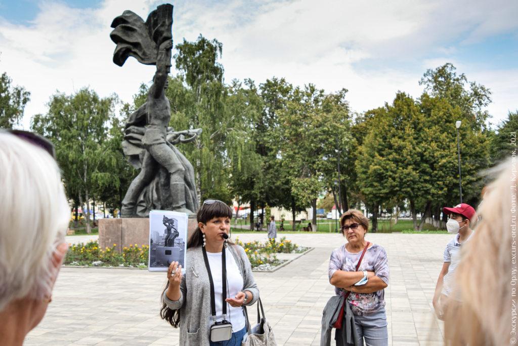 Советский памятник: мужчина с флагом поддерживает падающего товарища (Трое со Щепной)