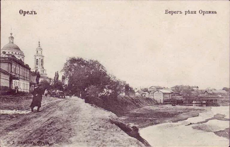 Обрывистый берег, речная мельница, дома, церковь с колокольней.
