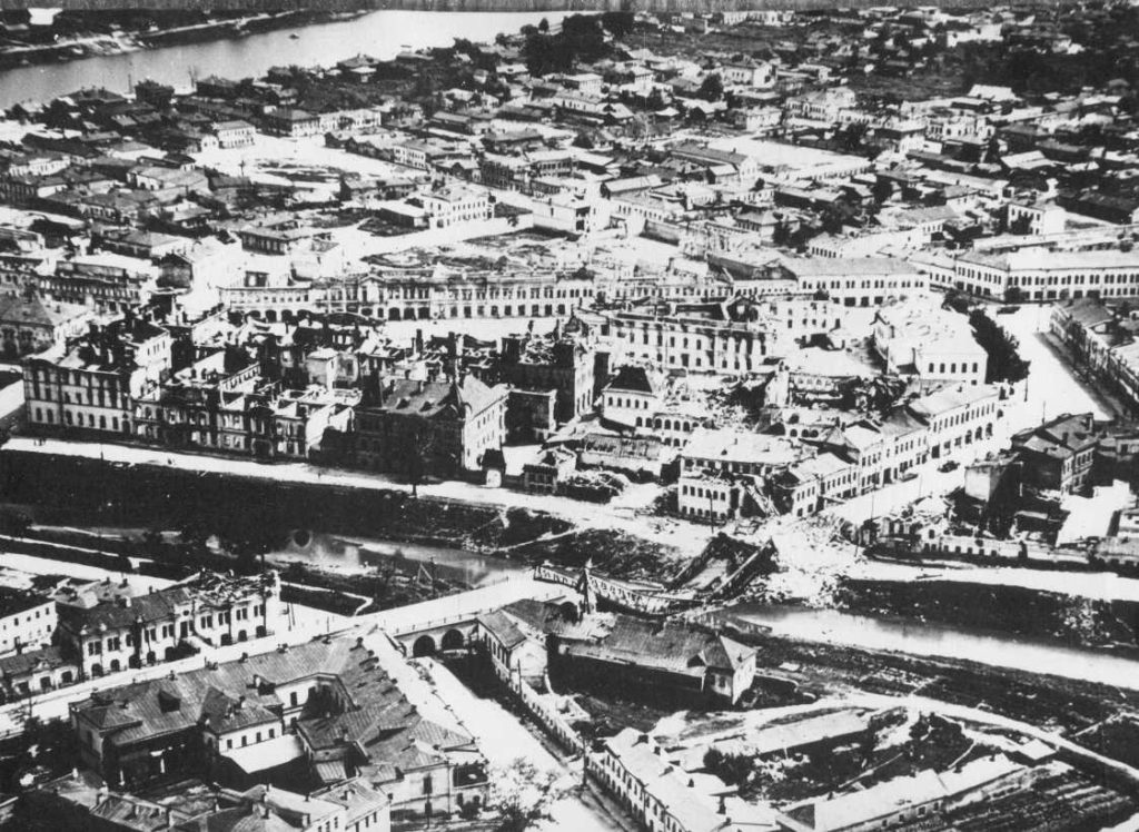 Аэрофотосъёмка центра Орла после боевых действий, многие здания и мост разрушены.