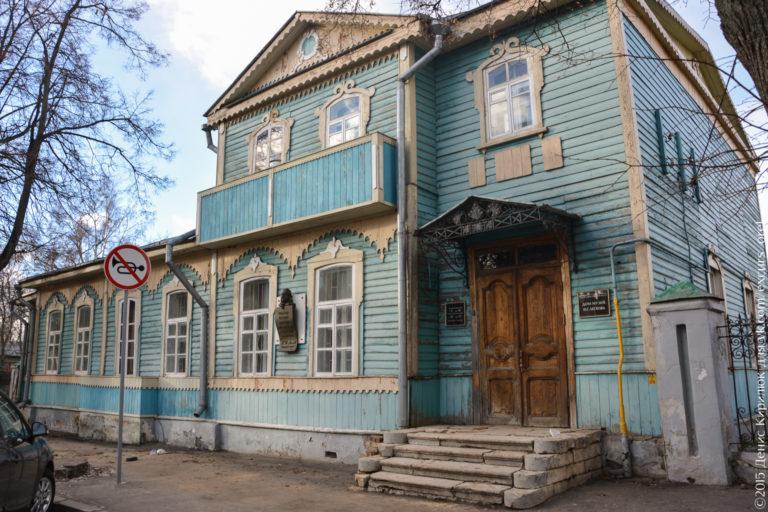 Деревянный дом с мезонином, бирюзовый, со старыми белокаменными ступенями.