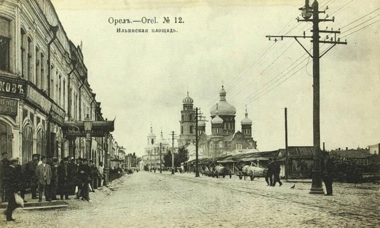 Дореволюционная торговая площадь на фоне большого храма.
